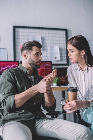 Stratégie de planification des analystes de systèmes informatiques avec un collègue tenant un café pour aller au bureau