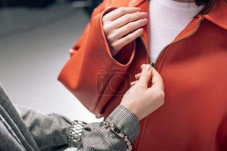 Photo pour Vue recadrée de fermeture à glissière styliste sur la veste du modèle - image libre de droit