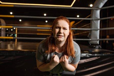 Photo pour Une jeune fille obèse faisant un exercice d'extension du dos sur une machine d'entraînement - image libre de droit