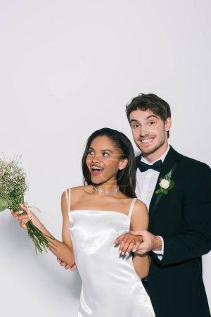 Photo pour Mariée joyeuse montrant le mariage à la main de belle épouse africaine américaine sur fond blanc - image libre de droit