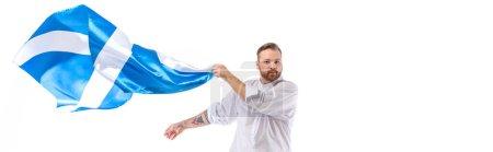 Photo pour Homme rousse écossais avec drapeau écossais isolé sur une culture blanche et panoramique - image libre de droit