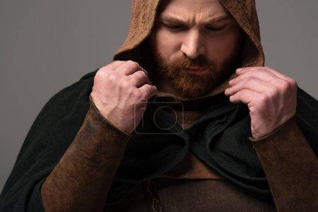 Photo pour Portrait d'un rouquin écossais sérieux en manteau sur fond gris - image libre de droit