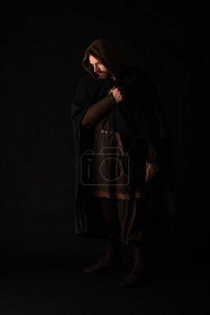Photo pour Médiéval écossais rousse homme en manteau sur sombre isolé sur noir - image libre de droit
