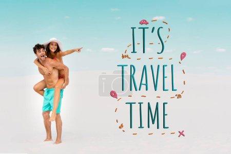 Photo pour Sourire jeune homme piggyback petite amie tandis que la femme pointant du doigt sur la plage de sable, il est illustration du temps de voyage - image libre de droit