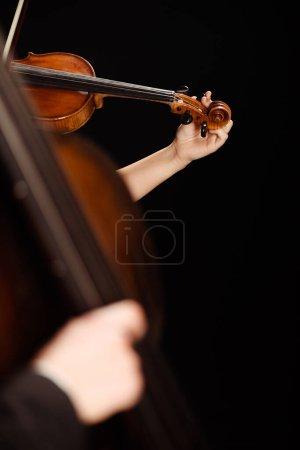 Photo pour Vue partielle de musiciens professionnels jouant sur des instruments de musique sur scène sombre, mise au point sélective - image libre de droit