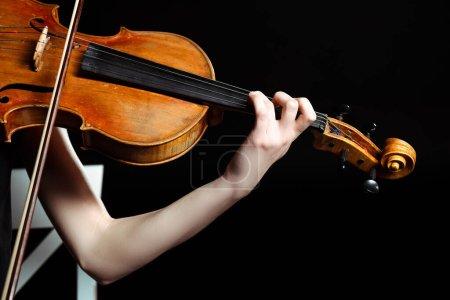 Photo pour Vue recadrée de musicienne jouant sur violon isolé sur noir - image libre de droit