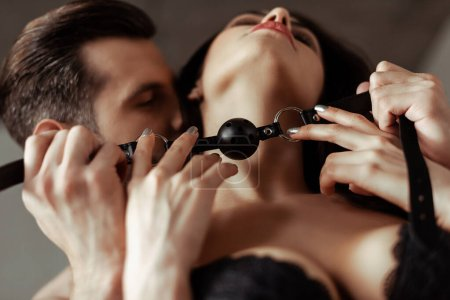 Photo pour Foyer sélectif de sexy beau jeune couple avec bâillon noir - image libre de droit