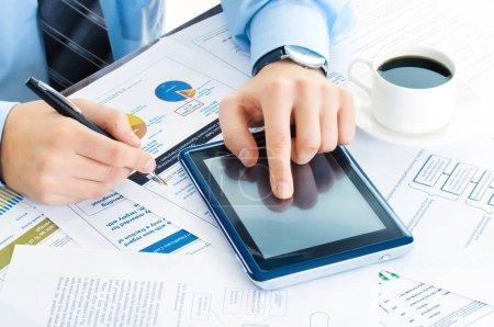 Photo pour Homme d'affaires au travail avec tablette PC - image libre de droit