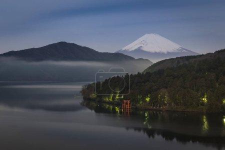 Photo pour Montagne Fuji et Ashi lac à minuit, Japon - image libre de droit