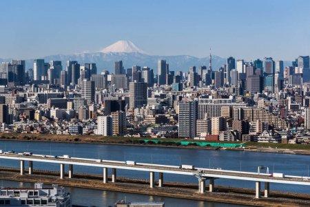 Photo pour Bâtiments du centre-ville de Tokyo et tour de Tokyo avec montagne Fuji. Tokyo Metropolis est la capitale du Japon et l'une de ses 47 préfectures . - image libre de droit