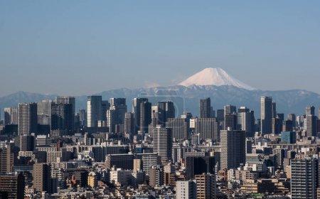Photo pour Vue sur la ville de Tokyo, le bâtiment du centre-ville de Tokyo et la tour de Tokyo avec le mont Fuji par temps clair. Tokyo Metropolis est la capitale du Japon et l'une de ses 47 préfectures . - image libre de droit