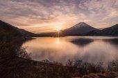 "Постер, картина, фотообои ""Гора Фудзи в рано утром в зимний сезон и Озеро Мотосу"""