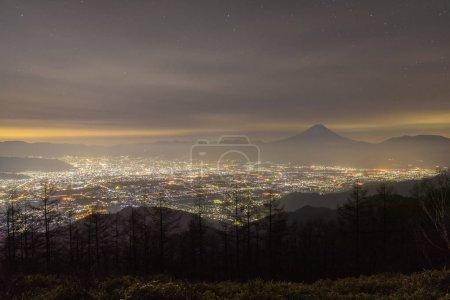 Paysage nocturne de la montagne Fuji et de la ville de Kofu, Japon .