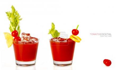 Photo pour Deux cocktails sanguinaires à base de jus de tomate frais servis dans un verre avec un bâton de céleri et garnis de tomates citron et cerise. isolé sur blanc avec espace de copie pour le texte - image libre de droit
