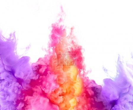 Photo pour Gros plan d'encre colorée en eau isolé sur fond blanc. Peinture de texture. Explosion de couleurs - image libre de droit