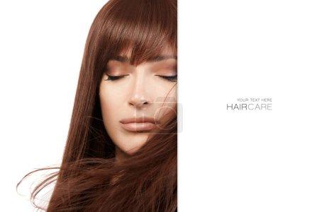 Photo pour Concept de salon de coiffure. Belle fille modèle avec de beaux longs cheveux bruns sains. Traitement de lissage de kératine. Soins et produits capillaires . - image libre de droit