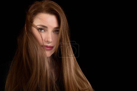 Photo pour Belle fille modèle avec la coiffure ébouriffée dans un cheveux longs en bonne santé. Produits de soins et coiffure. Multi met en évidence la technique de couleur. Gros plan portrait de beauté avec espace de copie . - image libre de droit