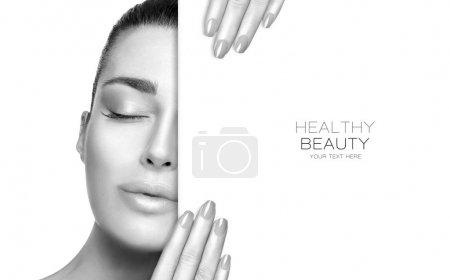 Photo pour Portrait de beauté d'une femme sensuelle en nuances de gris avec une peau lisse et impeccable et un maquillage subtil tenant un panneau vierge avec des yeux fermés et des ongles manucurés dans un concept de beauté santé et de soin de la peau - image libre de droit