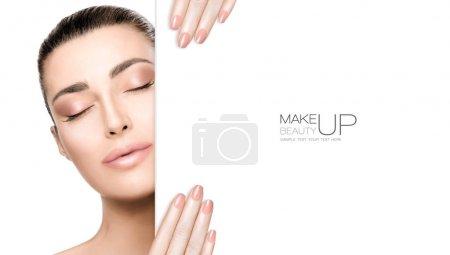 Photo pour Maquillage de beauté et concept d'art des ongles. Belle mannequin de mode avec maquillage nu, peau parfaite et ongles nus à la mode, face fermée avec un gabarit de carte blanche. Portrait de haute couture isolé sur blanc - image libre de droit
