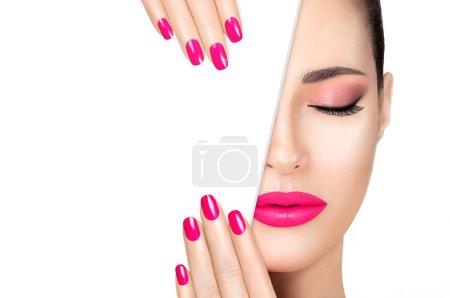 Photo pour Belle mannequin de mode à l'oeil rose fumé, assise sur une peau parfaite et rouge à lèvres rose tendance à l'image de ses ongles manucurés, moitié visage avec gabarit de carte blanche. Portrait de haute couture isolé - image libre de droit