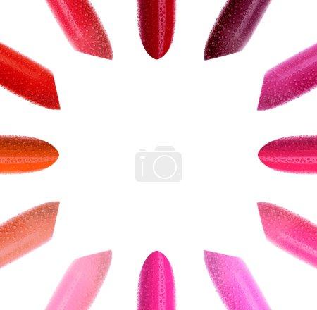 Photo pour Ensemble de rouge à lèvres multicolore en cercle sur fond blanc. Fraîchement juteuse orange rose humide et rouge à lèvres vif sur fond blanc. Vue du haut en gros plan avec espace de photocopie au centre - image libre de droit