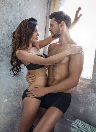 Photo pour Jeune couple belle en lingerie dans l'ancienne salle abandonnée - image libre de droit