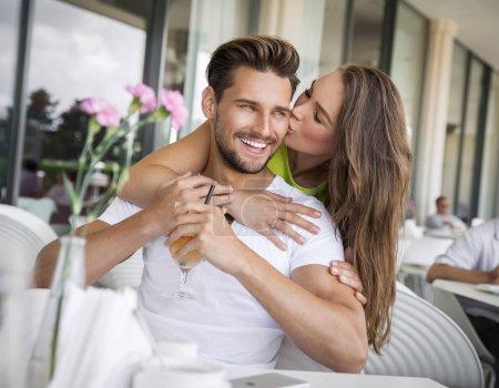 Photo pour Portrait de sourire beau couple dans le café - image libre de droit