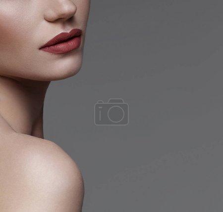 Photo pour Portrait de beauté du visage féminin avec peau naturelle - image libre de droit