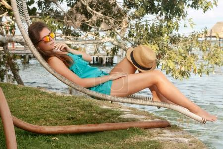 Photo pour Belle femme détente en solarium côté lac - image libre de droit