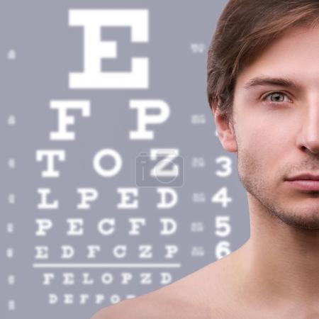 Photo pour La moitié du visage masculin et des yeux sur le fond - image libre de droit