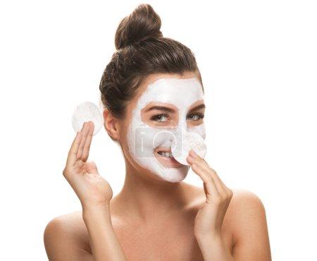 Photo pour Belle femme souriante avec un tapis de coton sur fond blanc - image libre de droit