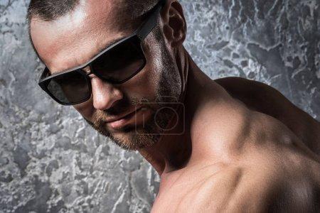 Photo pour Portrait d'homme barbu, lunettes de soleil - image libre de droit