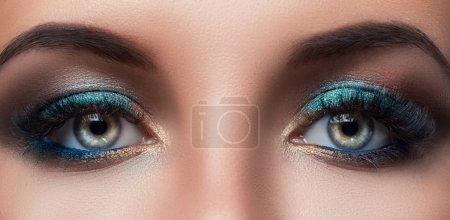 Photo pour Bouchent la vue des yeux femme avec beau maquillage - image libre de droit