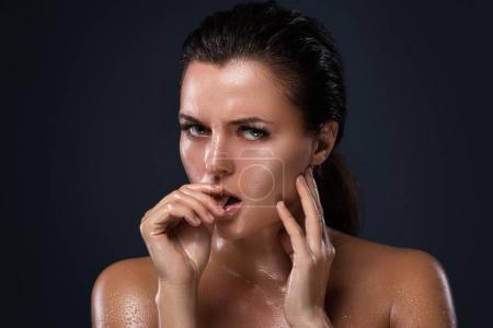 Photo pour Portrait de la belle jeune femme à la peau huilée - image libre de droit