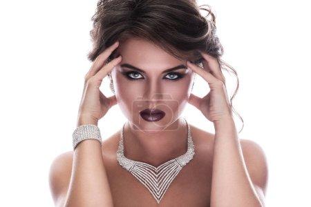 Foto de Hermosa mujer con hermosas joyas en fondo blanco - Imagen libre de derechos