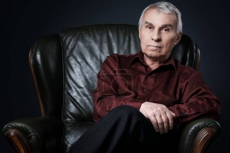 Photo pour Portrait d'un homme Senior en fauteuil - image libre de droit