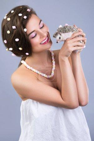Photo pour Belle jeune femme avec le mignon petit hérisson - image libre de droit