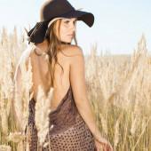 Krásný model chůzi v tallgrass - venku střílel