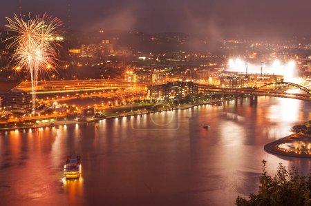 Photo pour Vue de nuit de Pittsburgh North Shore pendant les célébrations avec feux d'artifice - image libre de droit