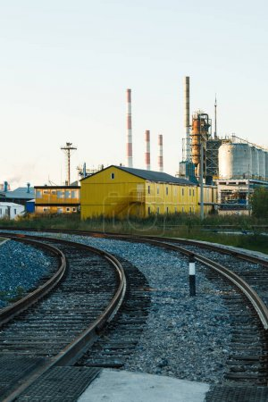 Photo pour Usine industrielle, pipelines en acier, tubes à la production de la brasserie. Grand atelier avec outillage - image libre de droit