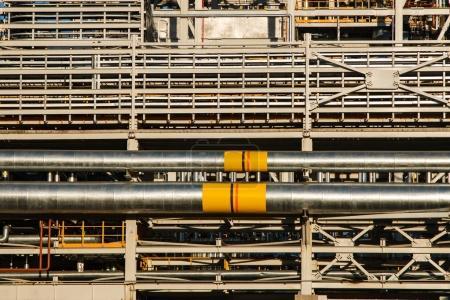 Photo pour Tuyauteries d'usine industrielle, en acier, tubes à la production de la brasserie. Grand atelier avec outils équipement - image libre de droit