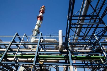 Photo pour Zone industrielle, L'équipement de raffinage du pétrole, Gros plan des pipelines industriels d'une usine de raffinage du pétrole, Détail de l'oléoduc avec vannes dans une grande raffinerie de pétrole . - image libre de droit