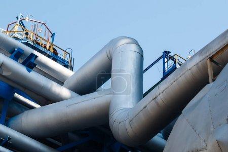 Photo pour Tuyaux d'acier à l'usine de transformation et de production de produits chimiques - image libre de droit