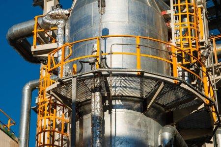 Photo pour Équipements, câbles et tuyauteries des centrales électriques industrielles modernes - image libre de droit