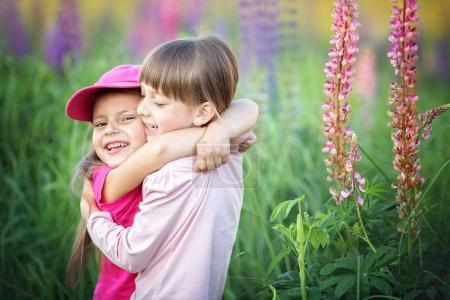 Photo pour Mignonnes petites filles câlins à l'extérieur. Concept d'amitié - image libre de droit