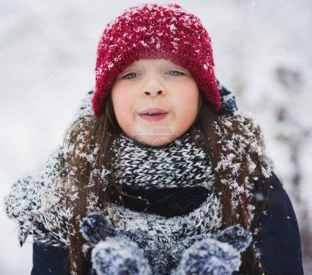 Photo pour L'hiver. Petite fille mignonne s'amuser en plein air - image libre de droit