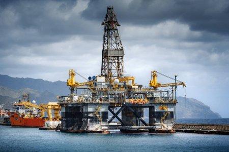 Ölplattform im Hafen von Santa Cruz de Teneriffa, Kanarische Inseln