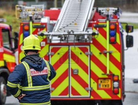 Photo pour NANTGARW, CARDIFF PROCHE, WALES - FÉVRIER 2020 : Pompier devant un pompier appelé à une urgence à Nantgarw près de Cardiff - image libre de droit