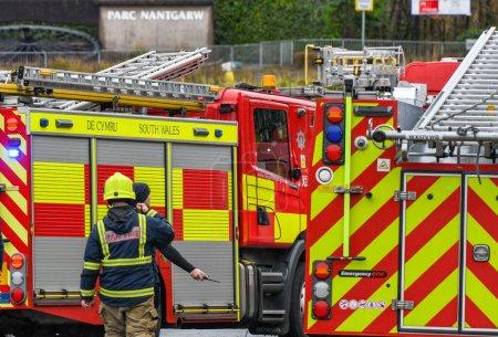 Photo pour NANTGARW, CARDIFF PROCHE, WALES - FÉVRIER 2020 : Pompiers et pompiers appelés en urgence à Nantgarw près de Cardiff - image libre de droit