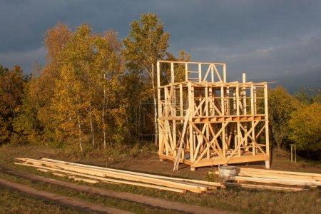 Photo pour Soirée ensoleillée sur le site de construction d'une maison en bois. Maison inachevée. - image libre de droit